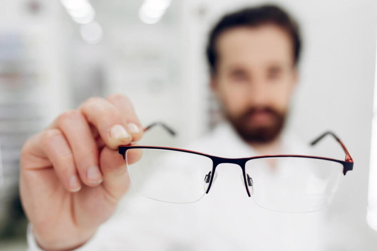 o persoană are cataractă și miopie